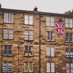 Bloc de pisos de Leith amb posters del Sí i del No i una bandera britànica. © Brian McNeil
