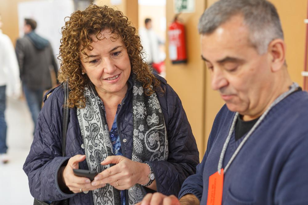 L'alcaldessa de Sentmenat, Núria Colomé, i un dels voluntaris de la consulta, Jaume Dolent, pendents de les dades de participació © Jordi Vinyets